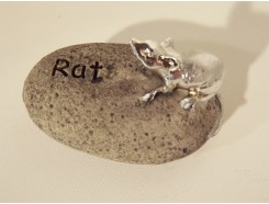 ST1036012 Stone Zodiac Rat. 6 x 6 cm. Per 4 stuks verpakt. Prijs is per 4 stuks.