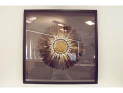 T40823 Wanddecoratie. Bruine veren met rieten middelpunt met schelpen achter glas in zwarte lijst. 90 x 90 cm.