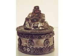P1034002 Poly. Boeddha-box. Zwart-zilver. Hoogte : 6 cm. . Per 3 stuks verpakt. Prijs is per 3 stuks.